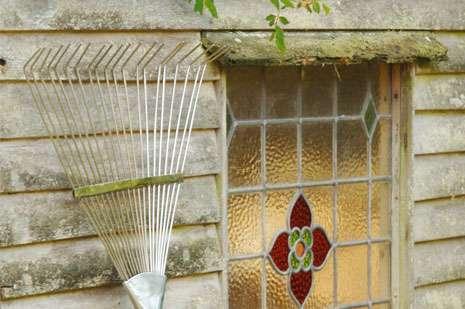 Burgon&Ball Zahradní hrábě na odstranění mechu a plsti z trávníku